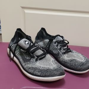 Men's black and white Nike's